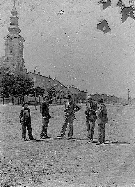 Na staroj fotografiji iz 1905.god. vidi se centar Stare Pazove, evangelička crkva u Staroj Pazovi ulice, ljudi, a fotografisao je Vladimir Hurban VHV.