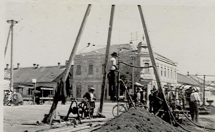 Na staroj fotografije nalazi se bušenje bunara u centru Stare Pazove 1940.godine.