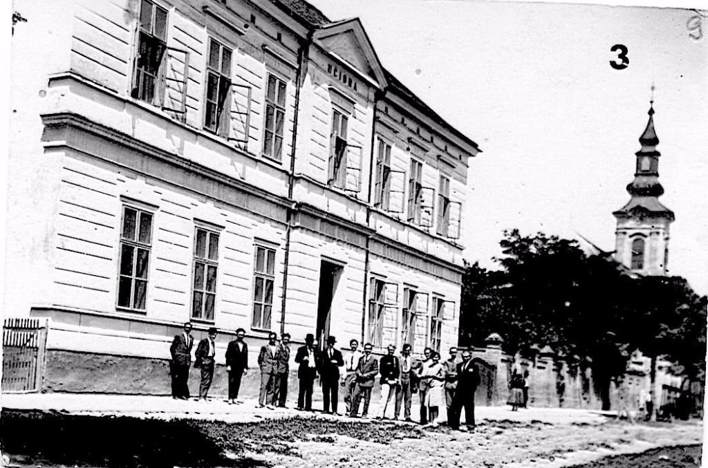 Na staroj fotografiji nalazi se škola u Staroj Pazovi iz 1940,godine.