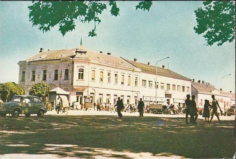 Na staroj fotografiji s druge polovine 20. veka vidi se centar Stare Pazove, ljudi, automobili itd.