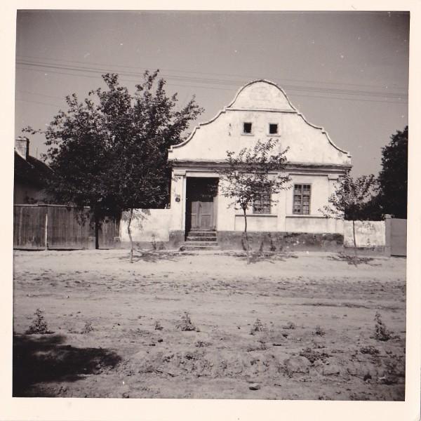 Na staroj fotografiji  iz Novih Banovaca vidi se kuća porodice   Hoffmann , prva polovina 20. veka. Sa sajta www.neu-banovci.de