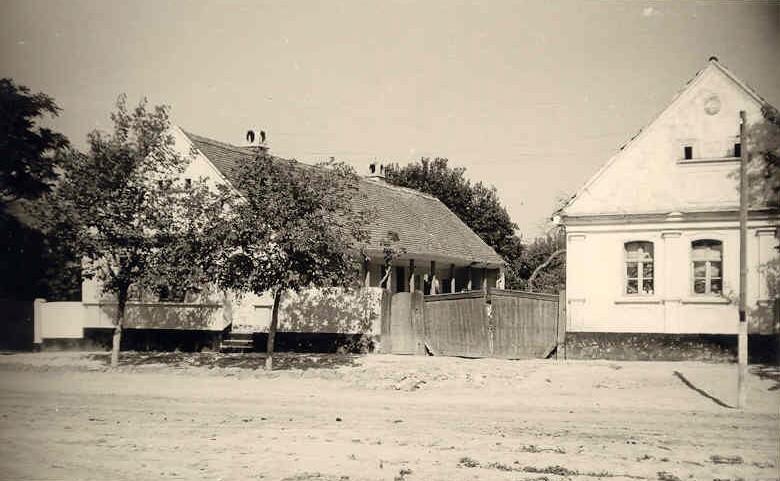 Na staroj fotografiji  iz Novih Banovaca vidi se kuća porodice Johanna Millicha  , prva polovina 20. veka. Sa sajta www.neu-banovci.de