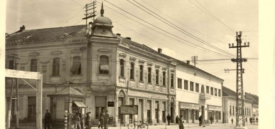 Na fotografji se nalazi centar Stare Pazove 1945.godine sa bankom porodice Petrović.
