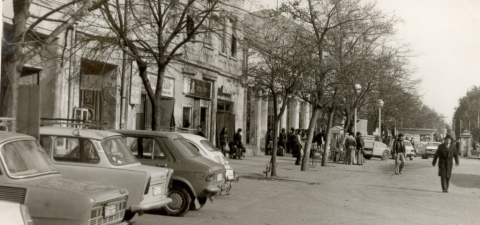 Na staroj fotografiji nalazi se centar Stare Pazove iz druge polovine 20. veka.
