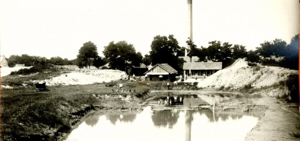 Na fotografiji iz prve polovine 20. veka nalazi se Virgova ciglana u Staroj Pazovi sa barom. U pozadini se vidi i Gajićeva ciglana.