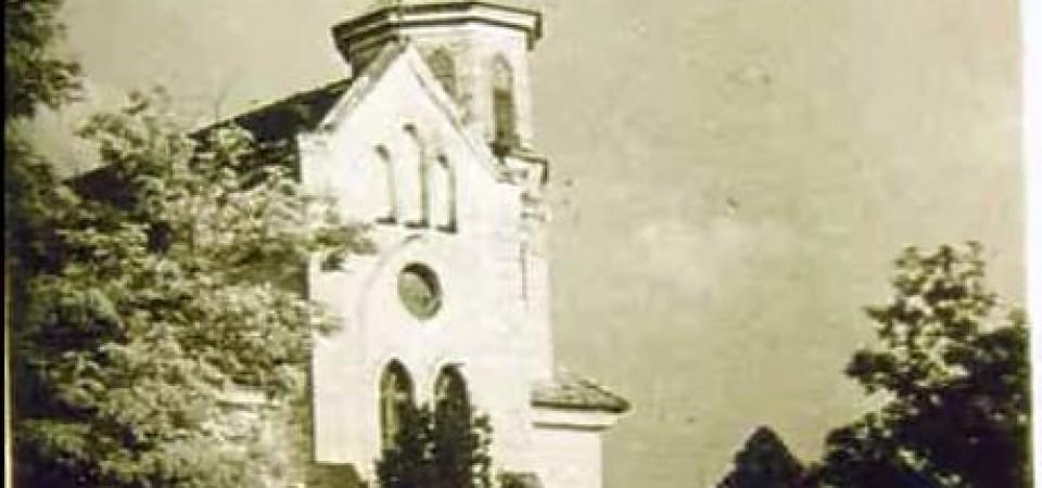 Na staroj fotografiji  iz Novih Banovaca vidi se evangelička crkva , prva polovina 20. veka. Sa sajta www.neu-banovci.de