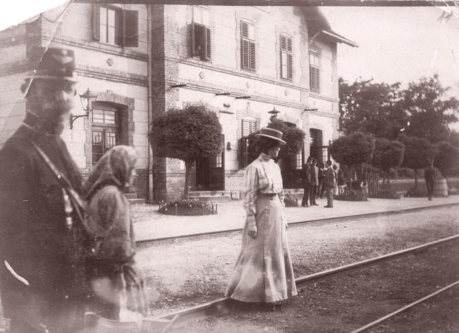 Na staroj fotografiji s kraja 19. veka vidi se Ljudmila Hurban, žandar, zgrada železničke stanice itd.