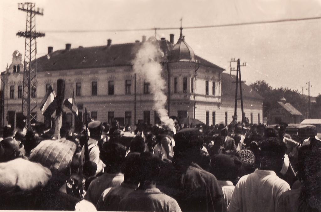 Na staroj fotografiji iz 1936.godine vidi se doček olimpijske baklje na centru Stare Pazove.