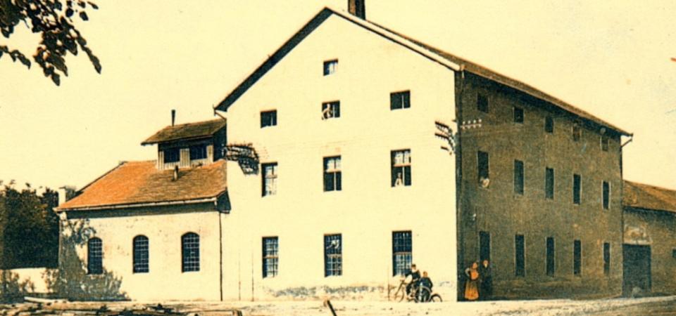 Na slici se nalazi parni mlin u Staroj Pazovi iz 1895.godine