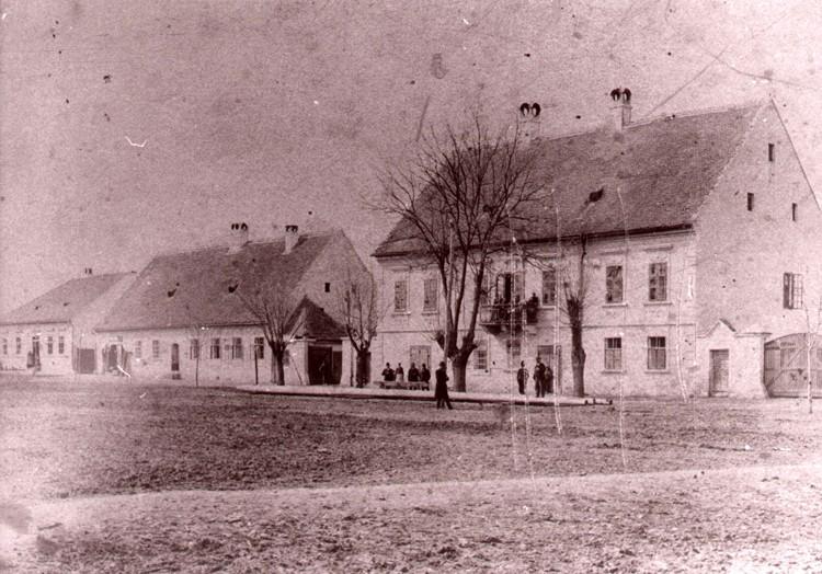 Na staroj fotografiji s kraja19. veka nalazi kuća ugledne porodice Petrović iz Stare Pazove.