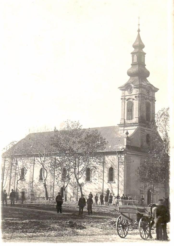 Na staroj fotografiji iz 1938.godine vidi se slovačka evangelička crkva u Staroj Pazovi, ljudi, ulica itd.