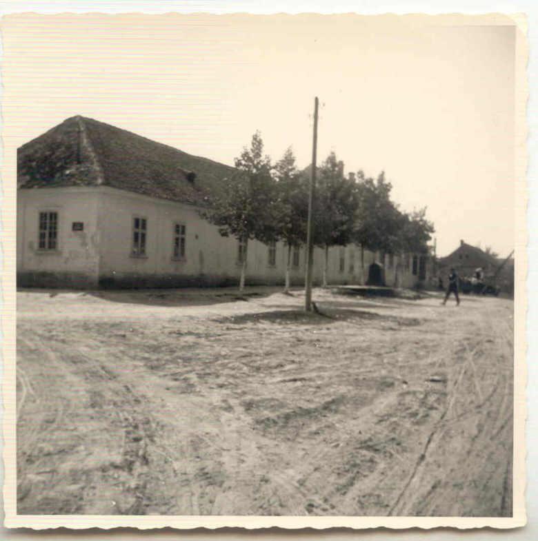Na staroj fotografiji  iz Novih Banovaca vidi se kuća u kojoj je bilo sedište Jedinstvenog fronta i česma u selu , prva polovina 20. veka.Sa sajta www.neu-banovci.de