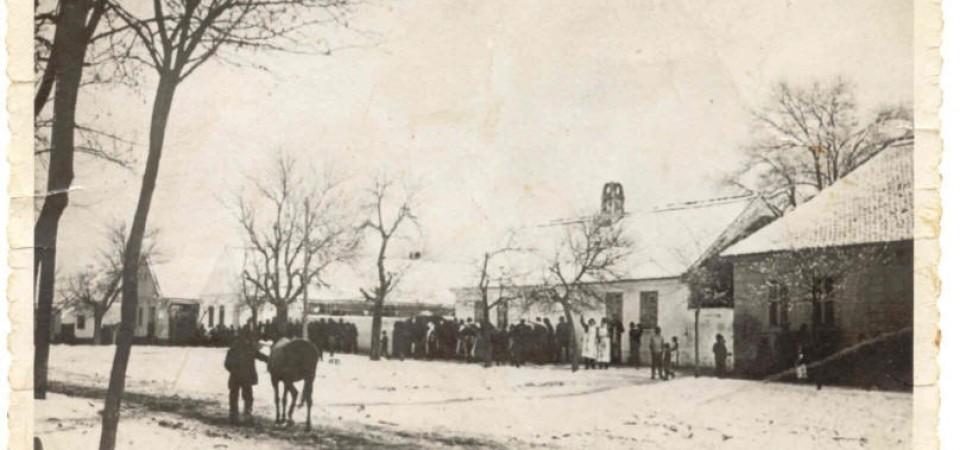 Na staroj fotografiji  iz Novih Banovaca vidi se svatovi, prva polovina 20. veka.Sa sajta www.neu-banovci.de