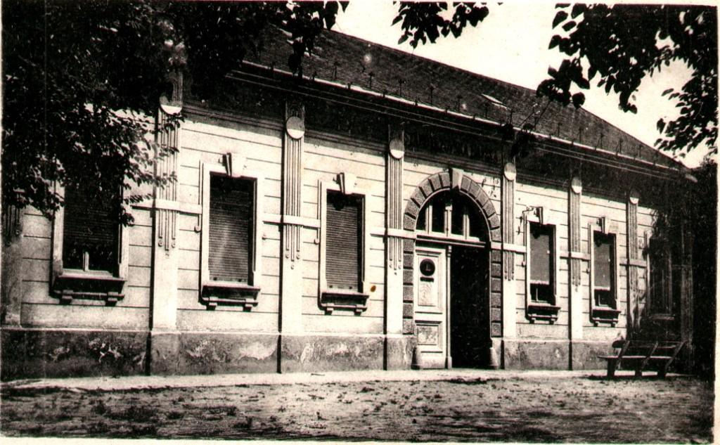 Na fotogragiji se nalazi zgrada prve banke u Staroj Pazovi iz prve polovine 20.veka.