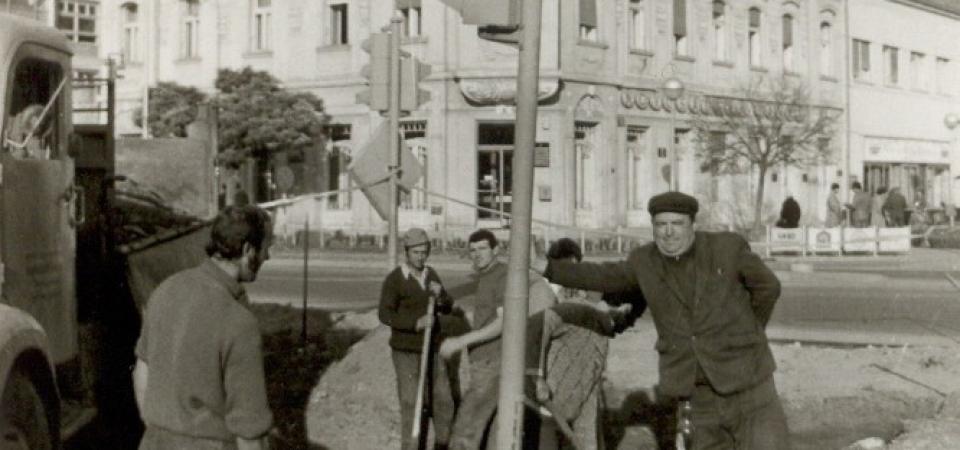 Na fotografiji se nalazi postavljanje prvog semafora u Staroj Pazovi.