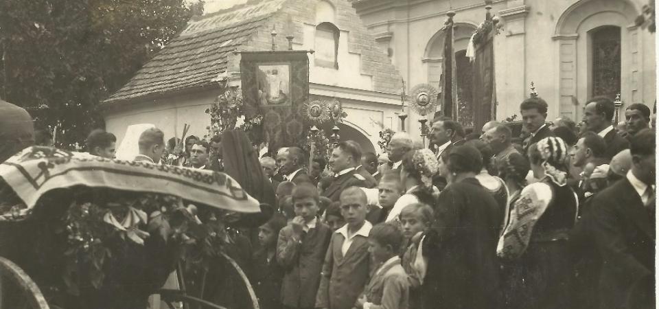 Na staroj fotografiji Stare Pazove  iz 1933.godine  vidi se doček patrijarha Varnave.