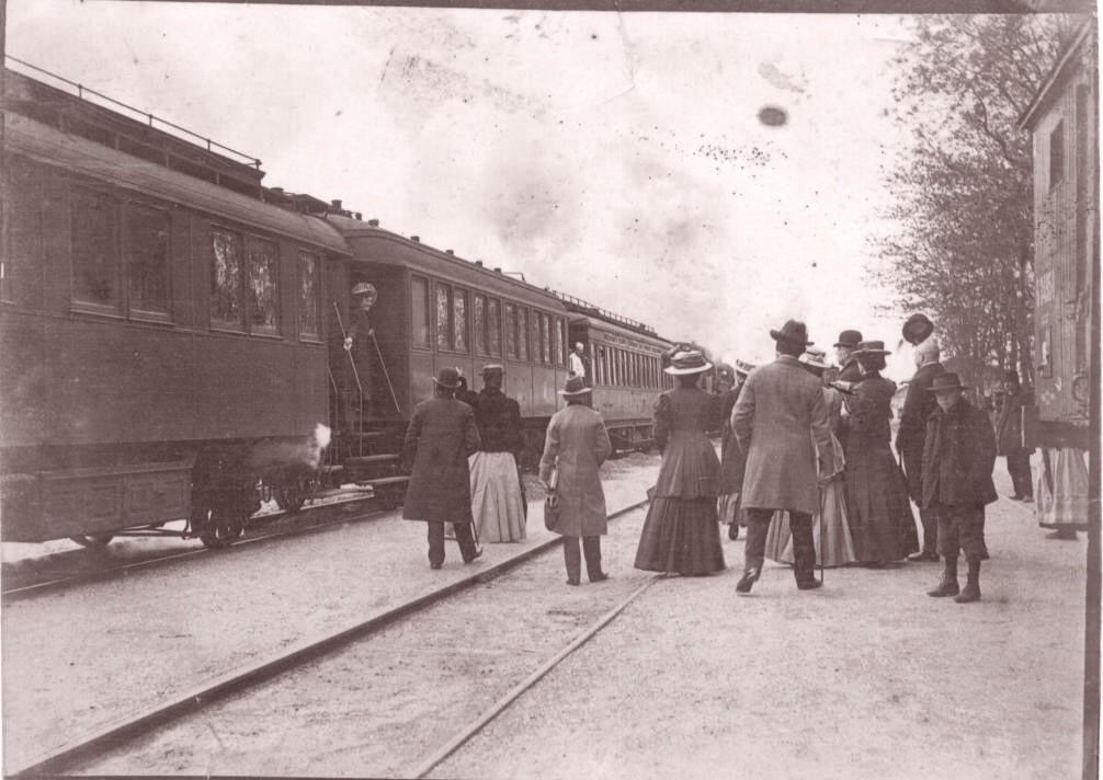 Na staroj fotografiji s druge polovine 19. veka vidi se voz na železničkoj stanici u Staroj Pazovi i ljudi.