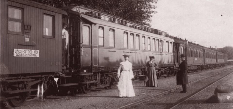 Na staroj fotografiji kraj 19. veka vidi se voz na železničkoj stanici u Staroj Pazovi, dve dame i gospodin.