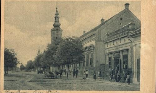 Na staroj razglednici iz prve polovine 20.veka vidi se centar Stare Pazove, kuća porodice Ljubiša, ljudi, konjska zaprega, radnja, evangelička crkva itd.