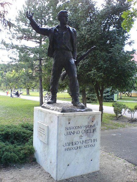 Spomenik Narodnom heroju Janku Čmeliku u parku, Stara Pazova
