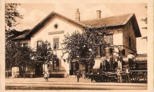 Na staroj razglednici Stare Pazove iz prve polovine 20. veka  nalazi se:  zgradea železničke stanice, voz i radnici na železnici.