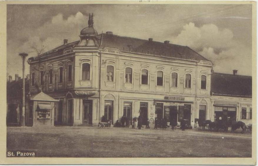 Na staroj razglednici Stare Pazove iz prve polovine 20. veka nalazi se zgrade Štedionica veleposednika Nikole Petrovića, ljudi,konji, radnje.