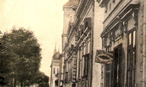 Na staroj razglednici Stare Pazove iz prve polovine 20.veka nalazi se: centar Stare Pazove, trgovačke radnje, slovačka evangelička crkva, hotel Petrović itd.