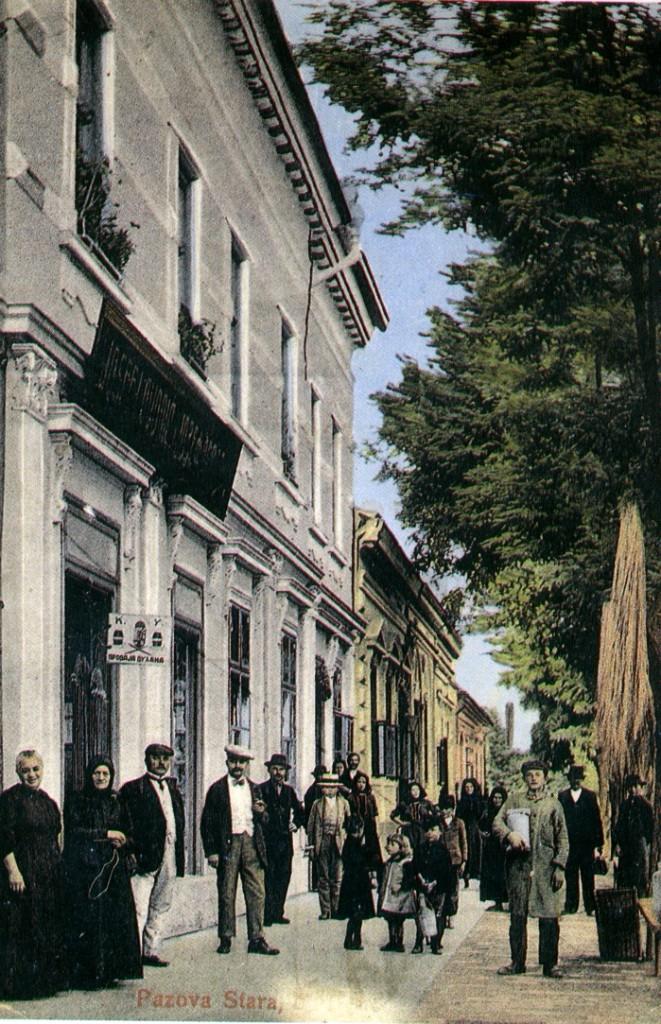 Na staroj razglednici Stare Pazove iz prve polovine 20.veka nalazi se: kuća i radnja trgovca Galanta, do nje je kuća porodice Glumac i ljudi.