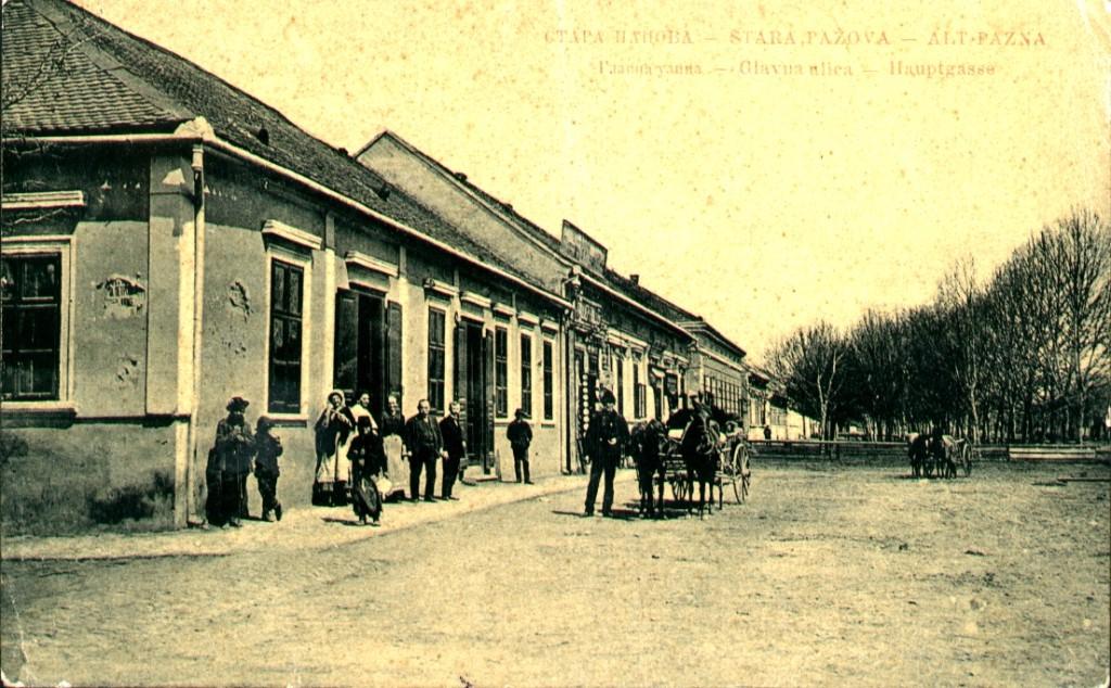 Na staroj razglednici Stare Pazove iz prve polovine 20.veka nalazi se:Glavna ulica u Staroj Pazova (Hauptgasse, Alt Pazna), kuća porodice Petrović, radnje, ljudi,konji i šinska kola.