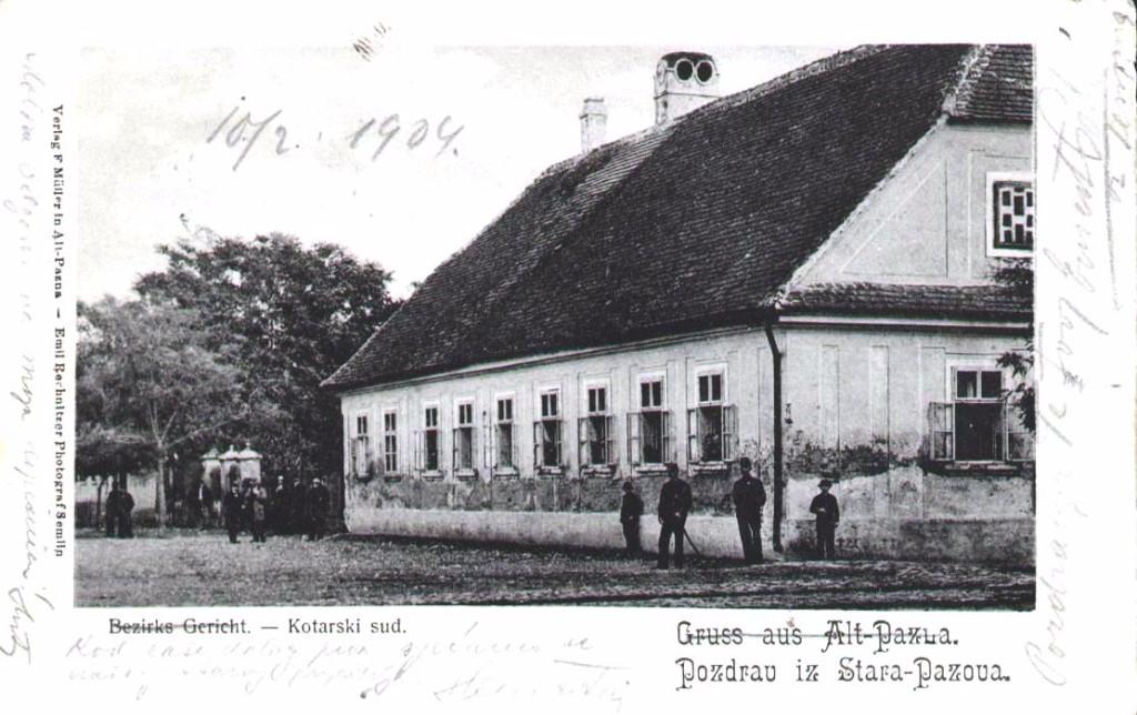 Na staroj razglednici Stare Pazove (Alt Pazna) iz prve polovine 20.veka nalazi se: stara  zgrada Kotarskog suda (Bezirks Gericht), ljudi, centar, piše pozdrav iz Stare Pazove (Gruss aus Alt Pazua).