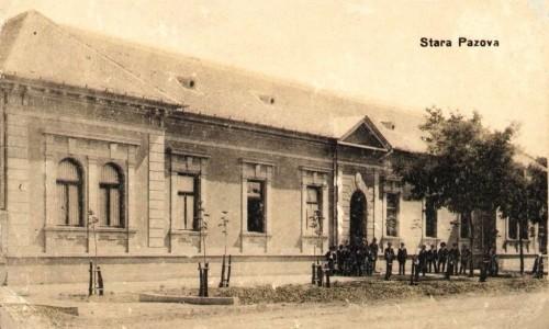 Na staroj razglednici Stare Pazove (Alt Pazna) iz prve polovine 20.veka nalazi se: zgrada Kotarskog suda, ljudi, centar, Glavna ulica (Hauptgasse)  i drveće.