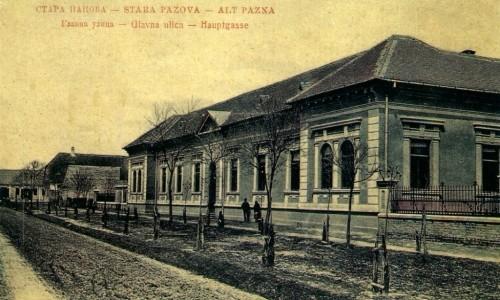 Na staroj razglednici Stare Pazove (Alt Pazna) iz prve polovine 20.veka nalazi se: zgrada Kotarskog suda, ljudi, centar, Glavna ulica (Hauptgasse) itd.