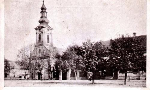 Na staroj razglednici Stare Pazove  iz prve polovine 20.veka nalazi se: Slovačke evangelička crkva iz 18.veka, kuća porodice Ljubiša, drveće, ljudi.