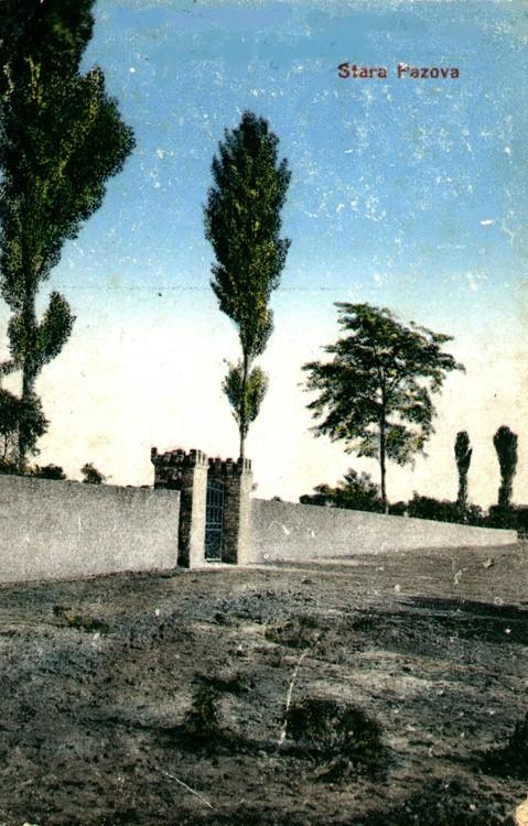 Na staroj razglednici Stare Pazove  iz prve polovine 20.veka nalazi se: ulaz u groblje u Staroj Pazovi koje je ograđeno ciglom, na ulazu je metalna kapija iza igrade je drvored.