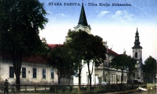 Na staroj razglednici Stare Pazove  iz prve polovine 20.veka nalazi se: Slovačka evangelička crkva iz 18.veka, hotel Petrović iz 1905.god., Filijalna (katolička) crkva iz 1909.god., zgrada policije (OZNA),čovek pored bicikla.
