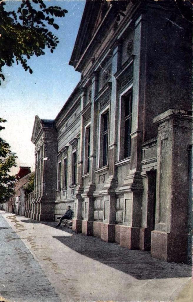 Na staroj razglednici Stare Pazove  iz prve polovine 20.veka nalazi se: Parohijskim dom slovačke evangelička crkve izgrađen 1894.godine i ispred sedi čovek na klupi.