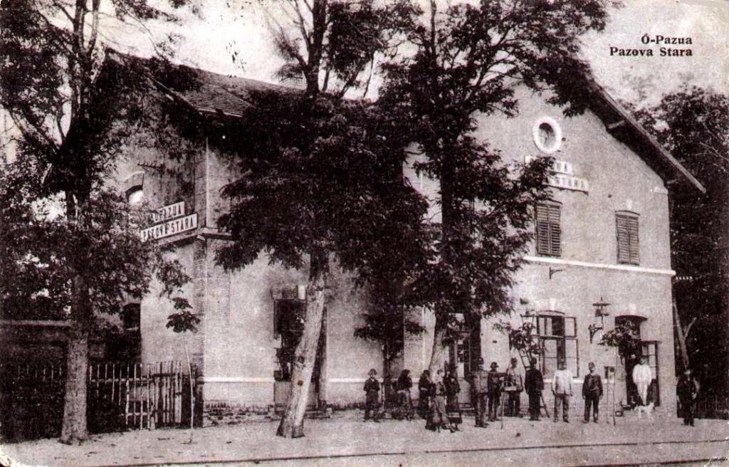 Na staroj razglednici Stare Pazove  iz prve polovine 20.veka nalazi se: zgrada železničke stanice sa ljudima, pruga i drveće.