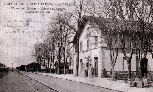 Na staroj razglednici Stare Pazove  iz prve polovine 20.veka nalazi se: zgrade železničke stanice (Eisenbahn-Station Alt Pazna), ljudi, pruga itd.