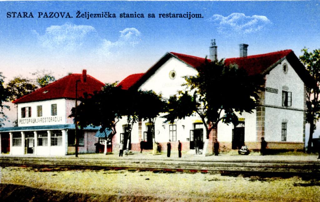 Na staroj razglednici Stare Pazove  iz prve polovine 20.veka nalazi se: željeznicka stanica sa restaracijom, ljudi, pruga, drveće itd.
