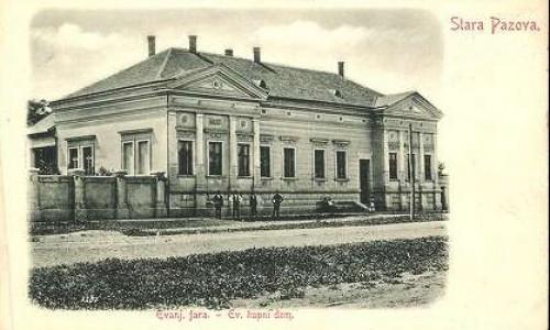 Na staroj razglednici Stare Pazove  iz prve polovine 20.veka nalazi se: zgrada Evangeličke fare.