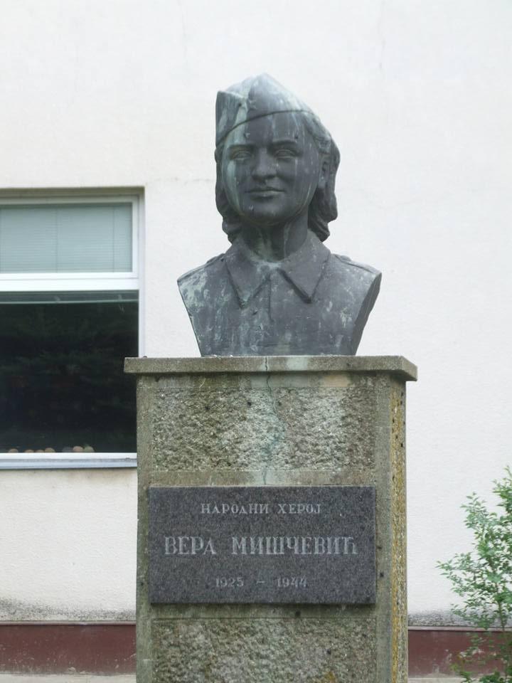 Spomen bista heroju Veri Miščević podignuta 1974. godine, ispred osnovne škole, Belegiš