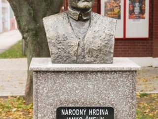 Bista narodnom heroju Janku Čmeliku ispred Pozorišne sale