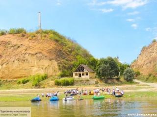 """Pogled sa reke na spomenik """"Svetionik"""""""