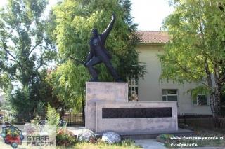 Spomenik borcima i žrtvama Drugog svetskog rata (1955) u centru mesta, Belegiš