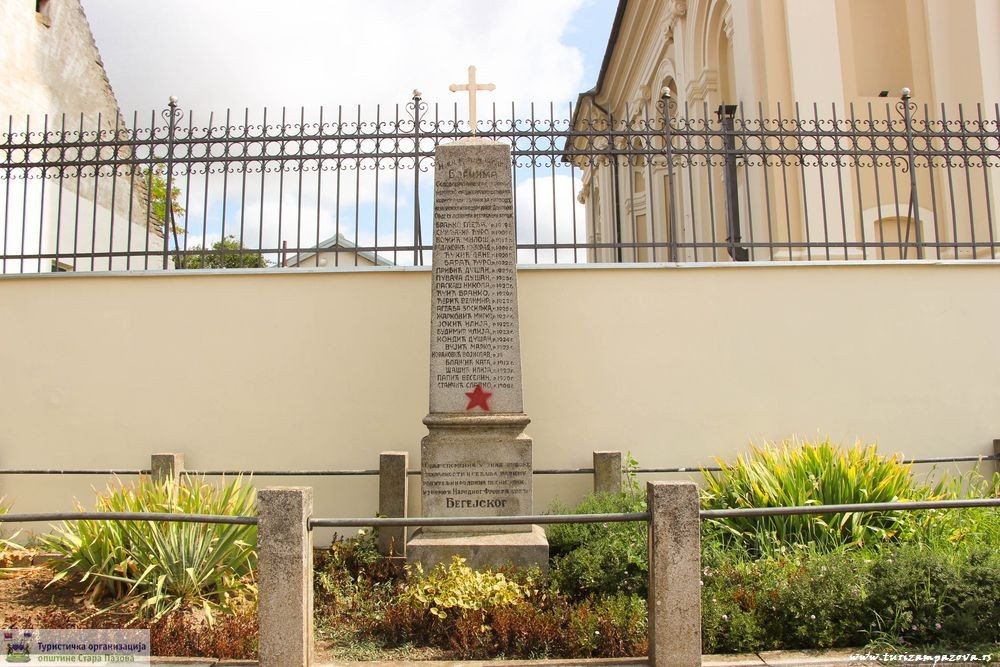 Spomenik palim borcima NOB-a ispre crkve