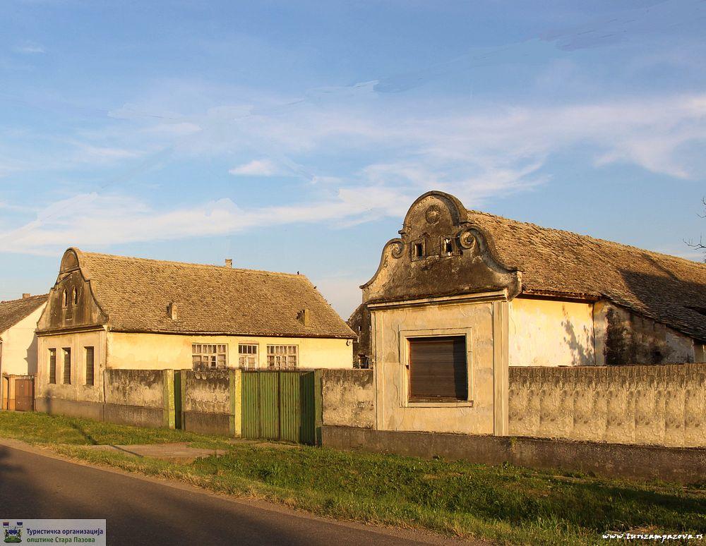 Kuća, ambar i kotobanja u Vojki