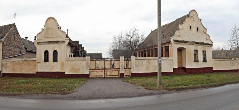 """Scheune mit """"kotobanja"""" (hölzerne mit Handschnitzerei verzierte Scheunen) der Familie Lepšanović in Golubinci"""