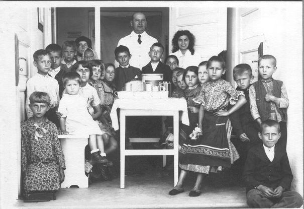 Dr Vladimir Vereš sa decom u zdravstvenoj stanici u Staroj Pazovi, prva polovina 20. veka